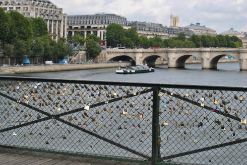 Lovers hang locks together on le pont des beux arts